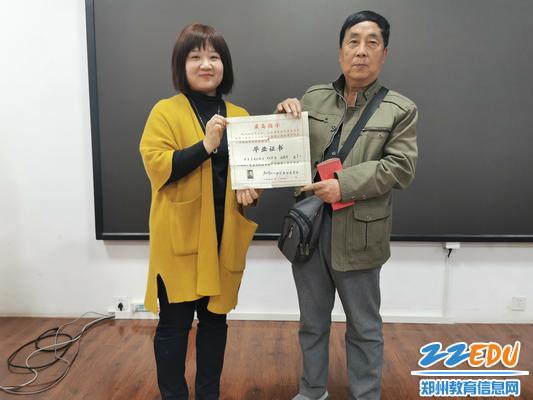 老校友丁立军为母校捐赠毕业证书