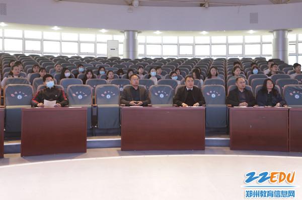 2学校领导参加活动,与全体青年教师共品书香