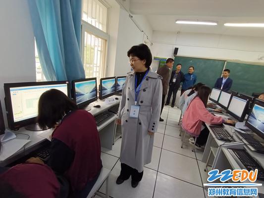 6郑州市教育局职成教处副处长钟海云监督指导赛场