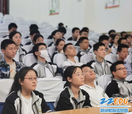 同学们满怀好奇,认真聆听