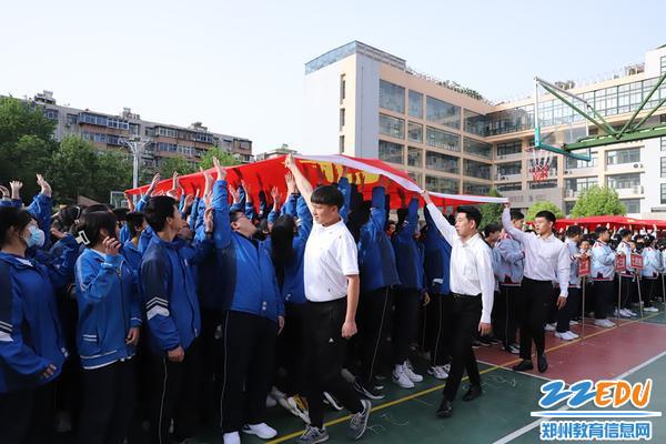 师生触摸党旗、国旗,用心感受国家给予的温暖和幸福