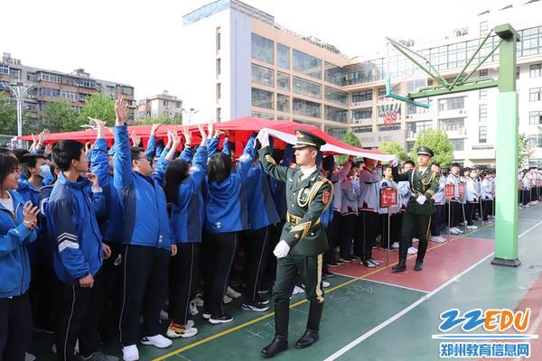 师生触摸党旗、国旗,用心感受国家给予的温暖和幸福 (2)
