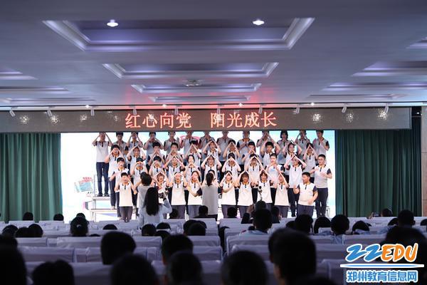 同学们用歌声和手语表达对祖国的热爱之情