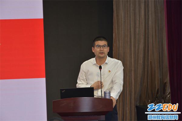 """2周海涛教授以""""做党的光荣传统和优良作风的忠实传人""""为题进行讲座"""