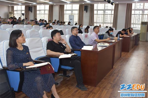 3郑州42中全体教师认真聆听讲座,坚定了理想信念,增强了使命担当