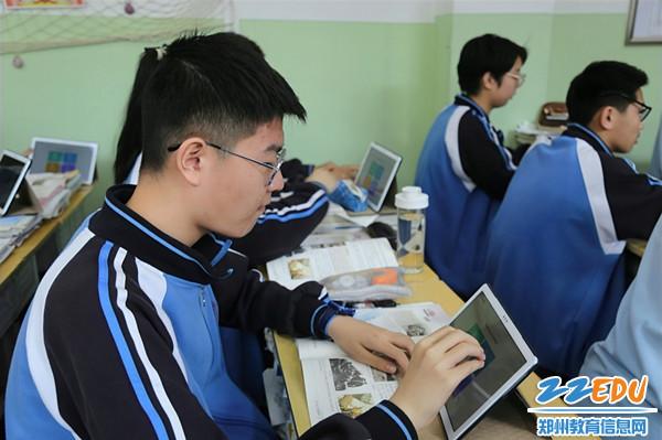7学生使用平板电脑学习_副本