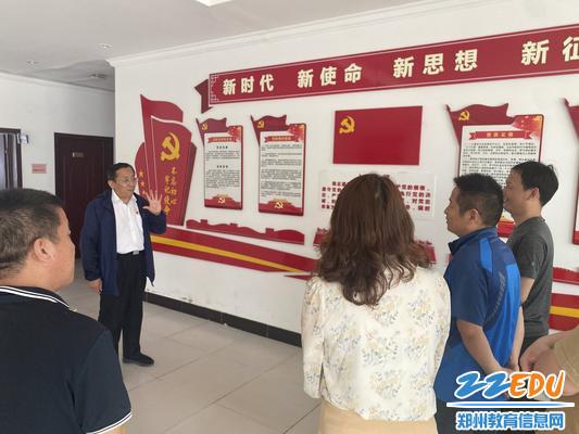 临时党支部成员重温入党誓词