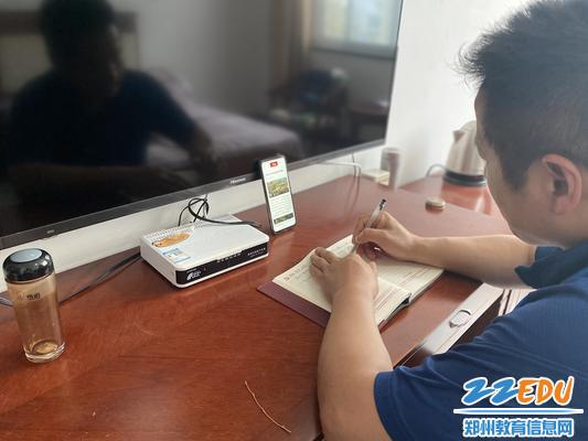 """临时党支部组织委员崔志茗老师每天坚持写""""学习强国""""笔记"""