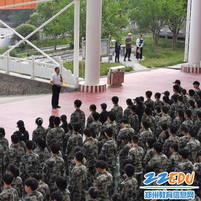 学校党委书记魏勇从社会实践和劳动教育两个方面为学生上特殊的党课
