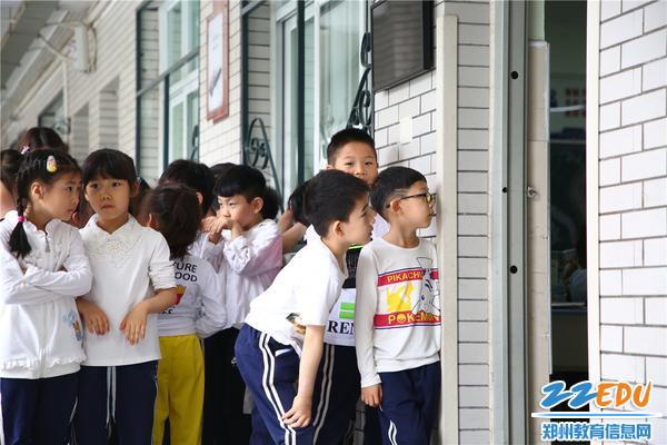 4.向一年级教室好奇张望