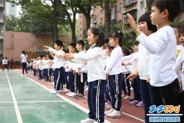 8模仿小学生做课间操