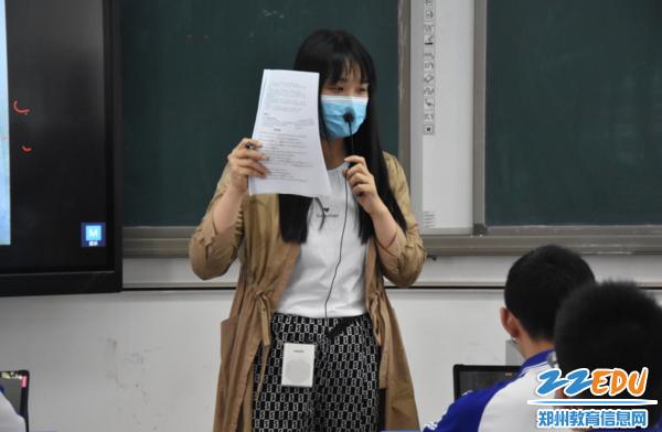 李欣老师循循善诱开导同学们的思路