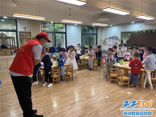 1杨爸爸向孩子们讲解自救知识