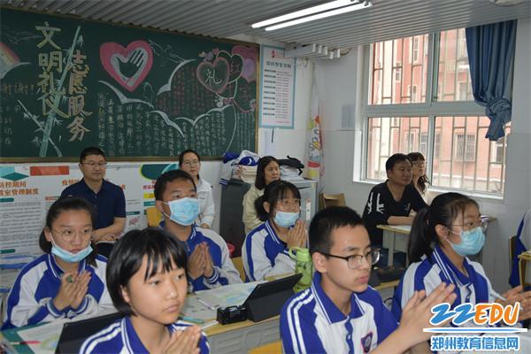 2朱阳关镇初级中学老师进班观摩地理课