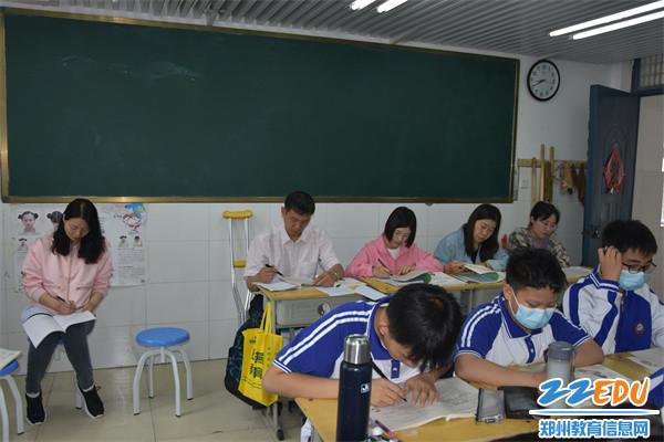 3朱阳关镇初级中学老师进班观摩生物课