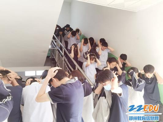 学生疏散下楼 (2)_副本