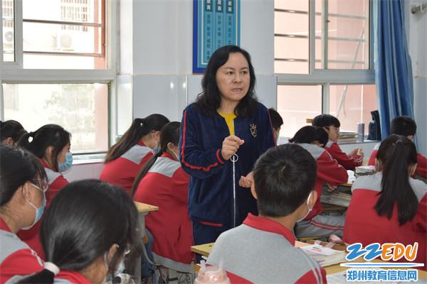 """1郑州42中党总支书记、校长于红莲每年坚持走进毕业班教室,为学生上""""思政课"""""""