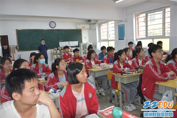 7学生认真聆听,精神振奋,倍受鼓舞