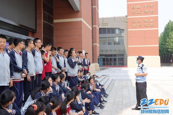 民警与学生互动