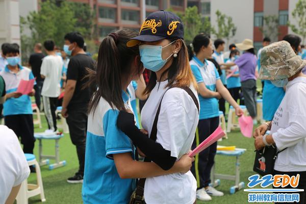 5学生与父母深情拥抱