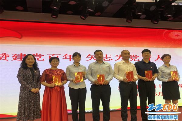 7 郑州42中党总支书记、校长于红莲为获奖选手代表颁奖