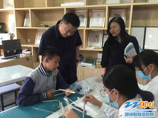 1.金水区教育发展研究中心副主任孙鹏在OM社团与学生交流