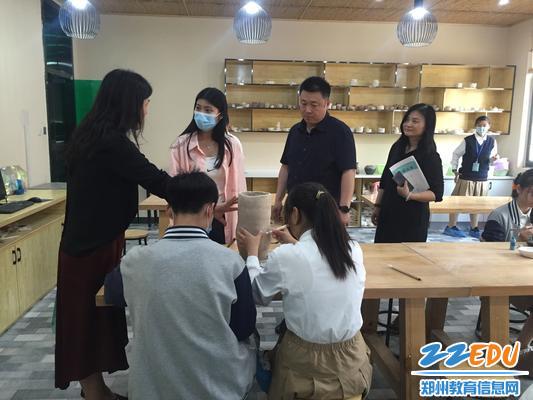 2.孙主任和关老师在学校陶艺社与师生交流