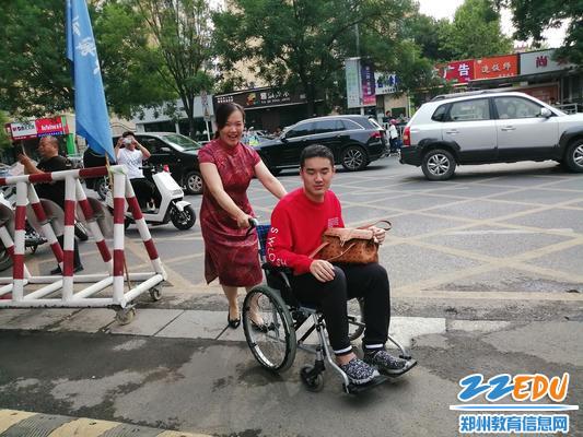 特殊考生坐轮椅到达18中考点2