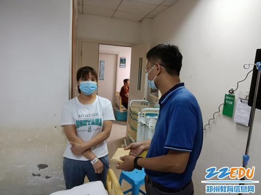 1.学校党总支副书记丁向群为李闫语同学的家长送去慰问金