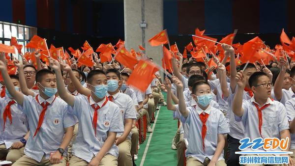 演出前同学们合唱《没有共产党就没有新中国》