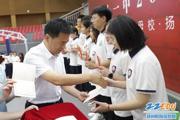 9、郭勤学校长为毕业生代表颁发毕业证书