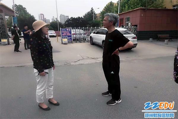 2郑州42中党总支书记、校长于红莲和赵慎老师亲切交流,倍感亲切