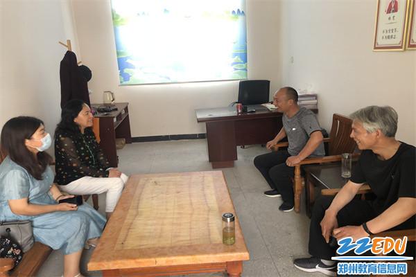 3郑州42中校长于红莲(左二)和老龙沃小学校长姚广才(左三)亲切交流