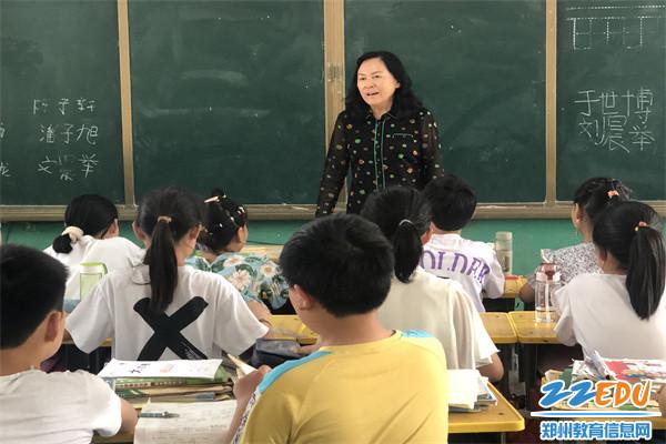 4于红莲校长走进赵慎老师执教的四.1班,鼓励孩子们好好学习,成长成才