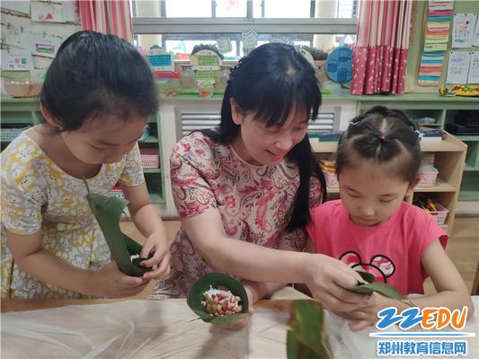 3.和郑州市教工幼儿园党支部书记园长陈春一起包粽子