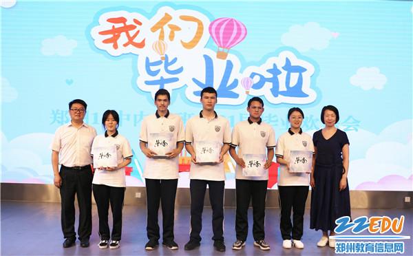 3.学校领导为学生发放《毕业纪念册》
