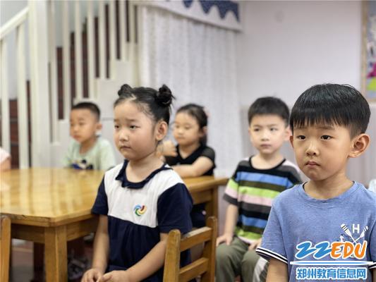 2.幼儿聆听防溺水知识
