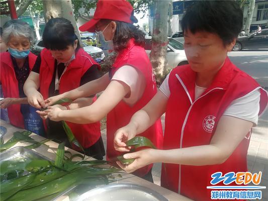 3.志愿者互帮互学包粽子