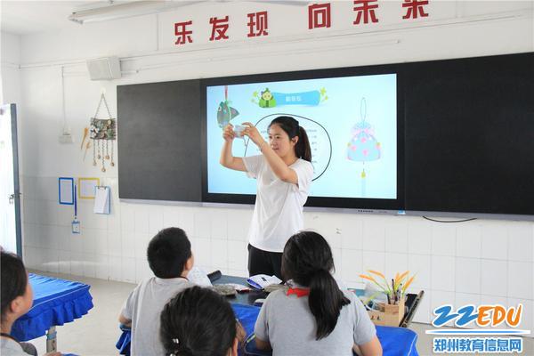王姗老师在给学生讲解香囊制作方法