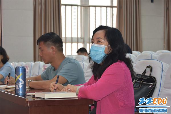 2.郑州42中党总支书记、校长于红莲参加党课学习