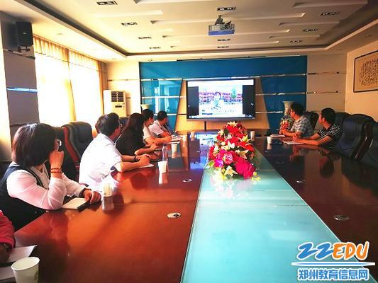 2.家长代表、供餐公司代表和校方一起观看新闻报道