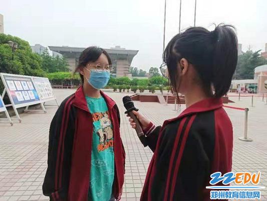 电视台记者进行采访_副本