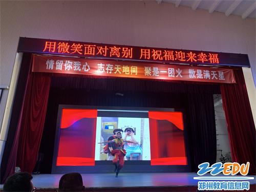 优秀舞蹈生代表献上维族舞组合