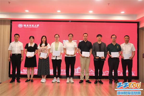 5郭勤学校长为优秀学员代表颁发证书并合影留念