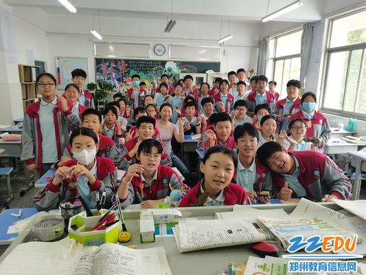 班级为学生发粽子合影
