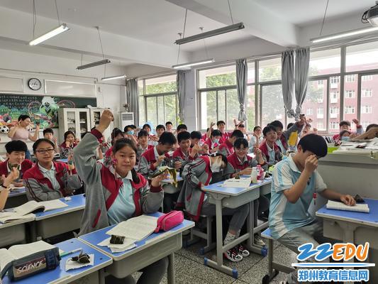 老师为孩子发香囊