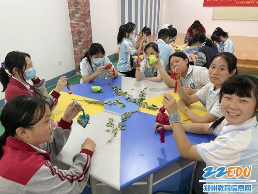 学生代表在创客空间为班级做香囊