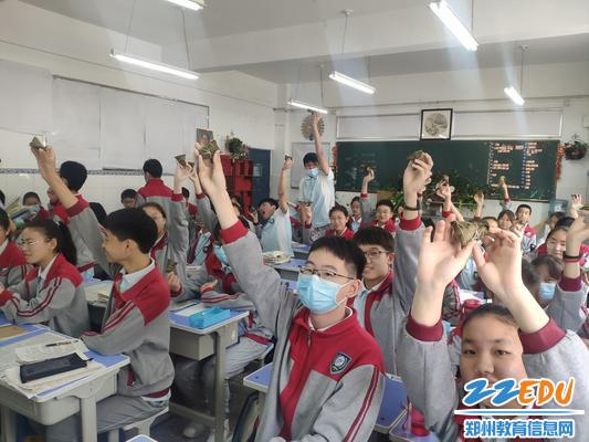 """学生们一举高""""粽"""""""