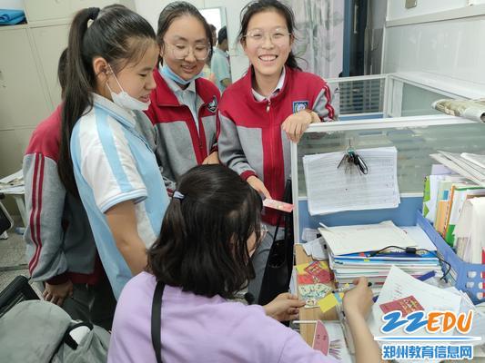 学生们找老师要签名祝福语