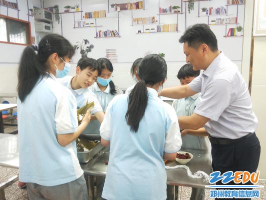 郑州市第五初级中学 张天佑校长与学生共同手工包粽子